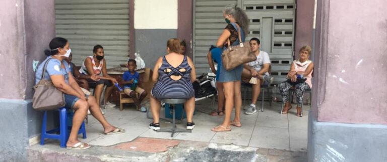 Amenazan con cárcel a familias que acampaban en los portales de un edificio con peligro de derrumbe en La Habana