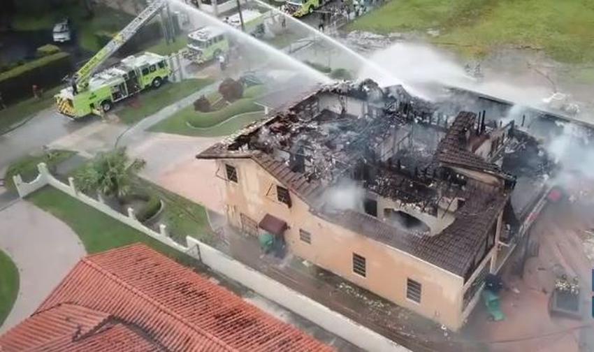 Un rayo cae sobre una casa en Miami y provoca un voraz incendio