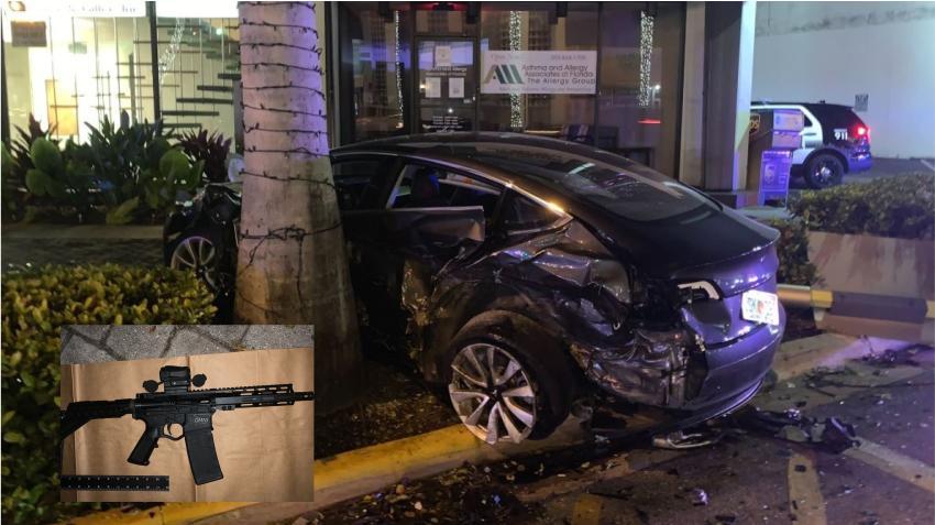 Detienen a varias personas en un BMW que chocó contra un Tesla en Miami Beach y se dio a la fuga; recuperan un rifle