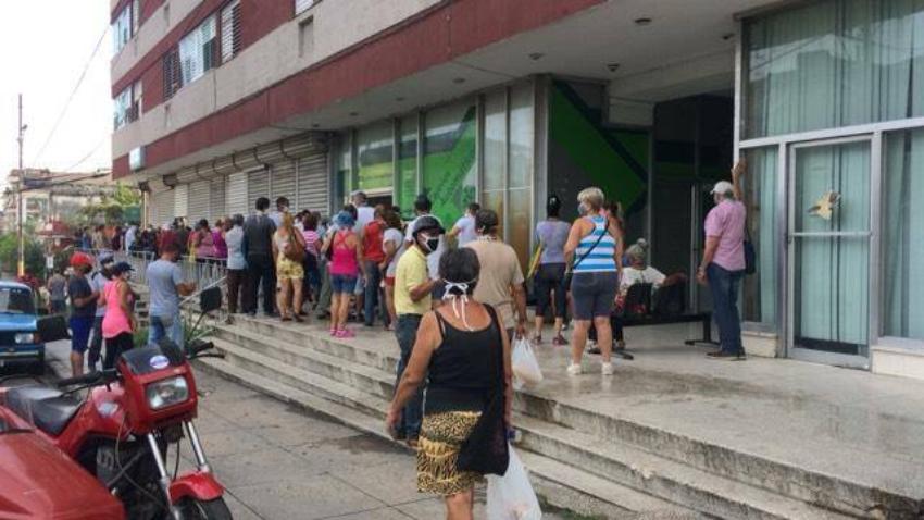 En La Habana los cajeros no están dispensando CUC ni pesos cubanos, la población se queja