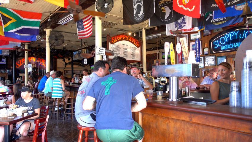 Florida permitirá abrir los bares a 50% de capacidad; Miami-Dade los mantendrá cerrados