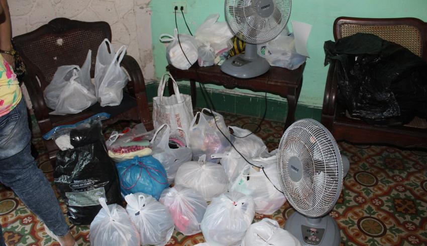 Cubanos entregan ayuda a los damnificados del incendio en Diez de Octubre, pese a la escasez