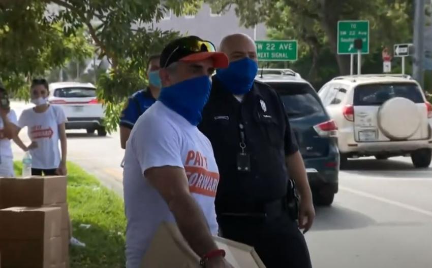 Una familia del Sur de la Florida y la policía de Miami donan comida a 500 familias necesitadas