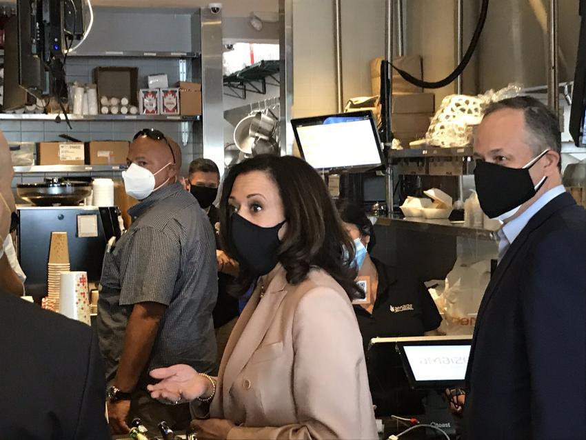 Candidata demócrata a vicepresidente Kamala Harris visita restaurante venezolano en Miami-Dade