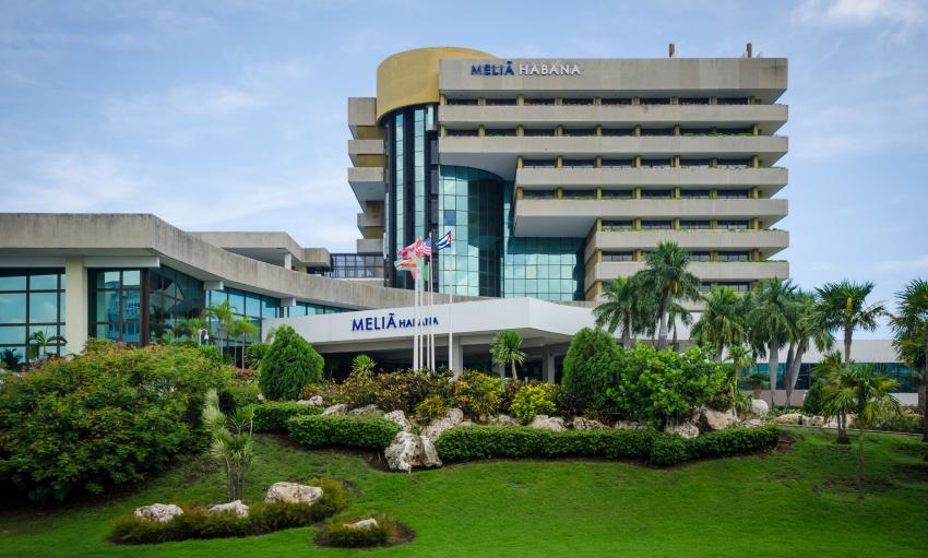 Trabajador de Cubana de Aviación grave tras caerse un elevador en el hotel Meliá Habana
