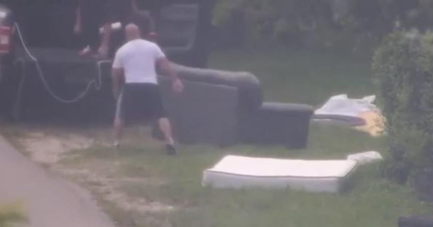 Multan a un hombre por tirar muebles a un lado de la calle en vecindario del suroeste de Miami Dade