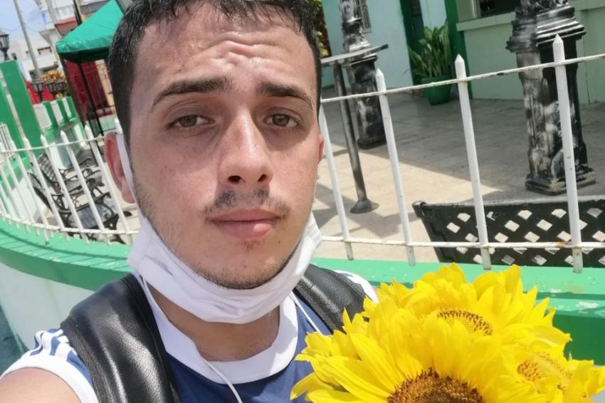 Hasta cuatro años de cárcel podría enfrentar un joven youtuber cubano, según amenazas de la Seguridad del Estado