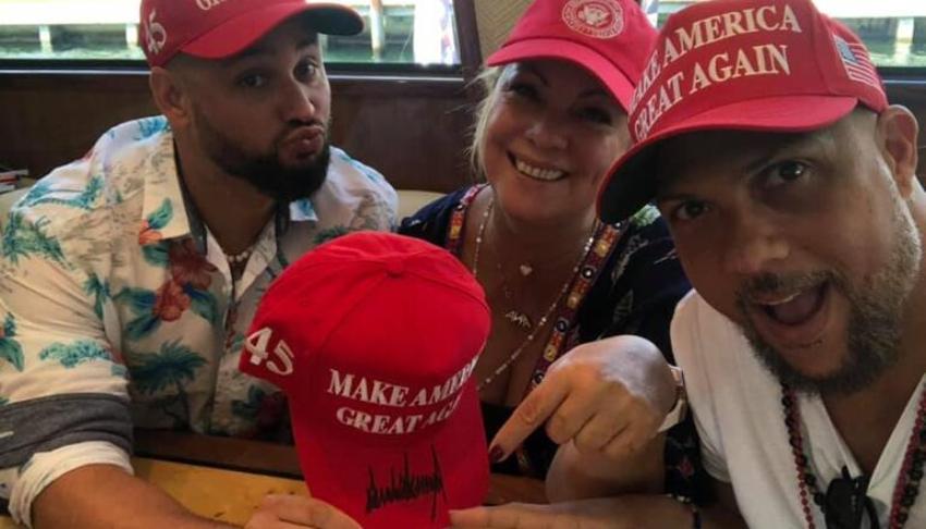 El regalo de Trump a los 'Los Tres de La Habana': gorras con su firma