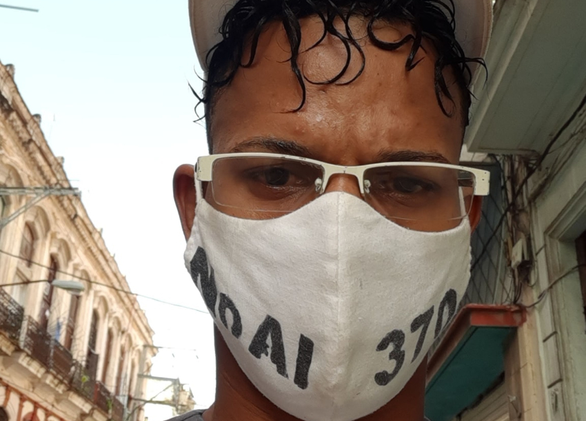 Cubanos se fajan en una cola pero no reclaman sus derechos, opina Maykel Osorbo
