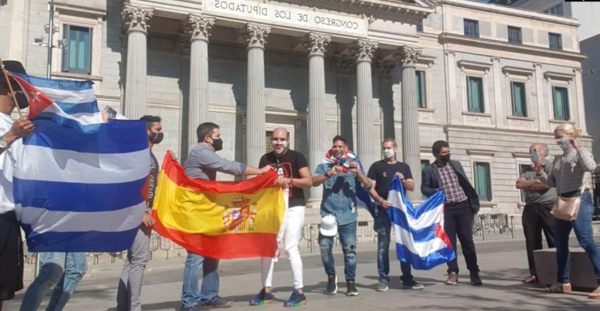 Cubanos en España se manifestaron en Madrid para apoyar la caravana anticomunista de Miami