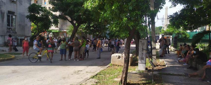 Cubanos haciendo cola en las inmediaciones del Hotel Habana Libre para comprar café, mientras en Canadá las tiendas están abarrotadas del producto