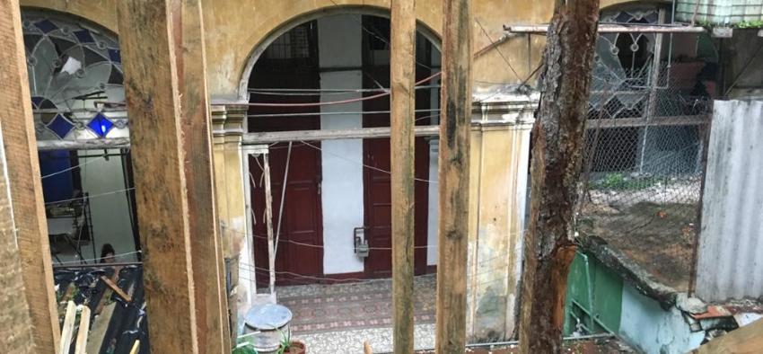 Autoridades cubanas intimidan a vecinos de un inmueble en peligro de derrumbe, por plantarse en los portales para reclamar una solución