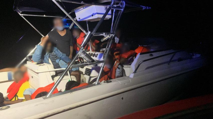 Guardia costera de los EEUU repatria a bote de migrantes cerca de las costas de Palm Beach