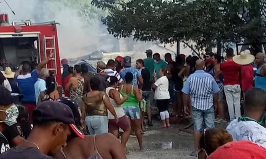 Más de 15 familias santiagueras en la calle, tras incendiarse el viejo inmueble en el que vivían