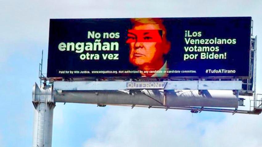 """Venezolanos que apoyan a Biden en Miami colocan una valla con Donald Trump con los ojos de Chávez y el mensaje: """"No nos engañan otra vez"""""""
