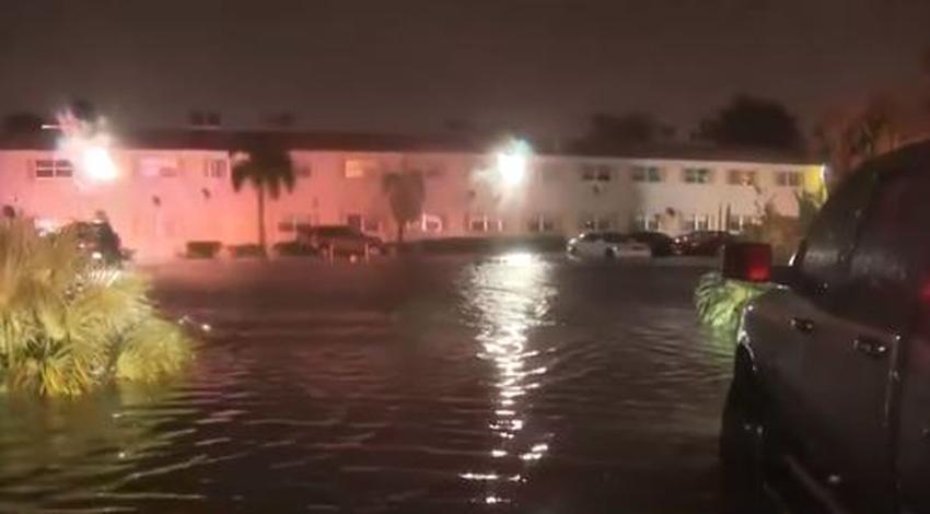 Inundaciones en el sur de la Florida causan que un conductor caiga a un canal
