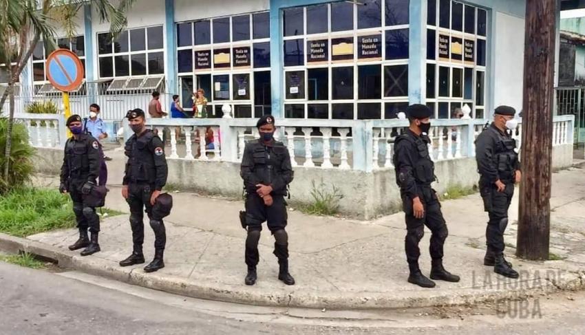 Dictadura en Cuba pone a boinas negras a custodiar las tiendas en MLC por miedo que se las rompan