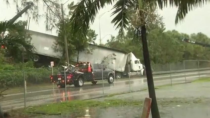 Camionero pierde el control del vehículo y queda colgando del Palmetto Expressway en Miami