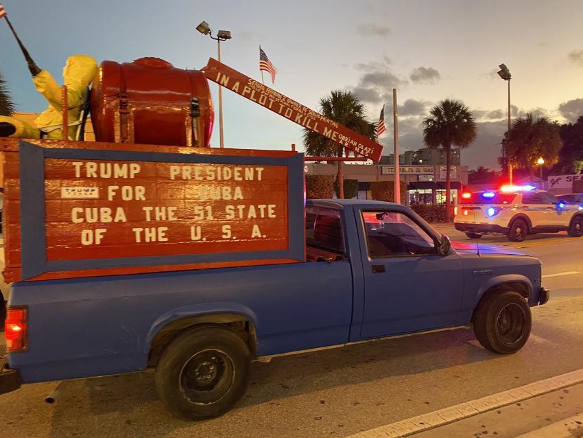 Cubano se pasea con un cartel por Miami que pide convertir a Cuba en el estado 51 de Estados Unidos