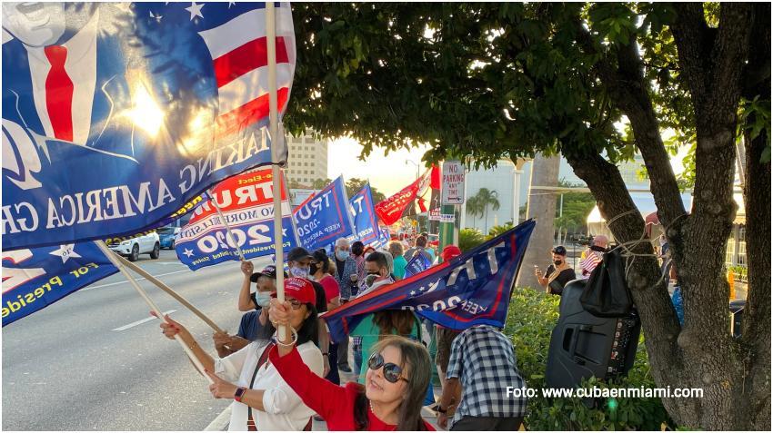 Cubanos en Miami se reúnen en el restaurante Versailles de la Calle 8 dando apoyo a Trump