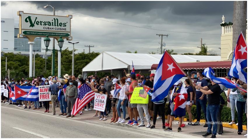 Cientos de cubanos en Miami se reúnen en el Versailles para apoyar al Movimiento San Isidro