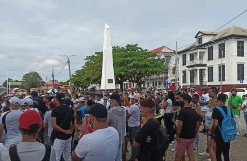 Cientos de cubanos en Surinam preparan caravana para llegar a Estados Unidos