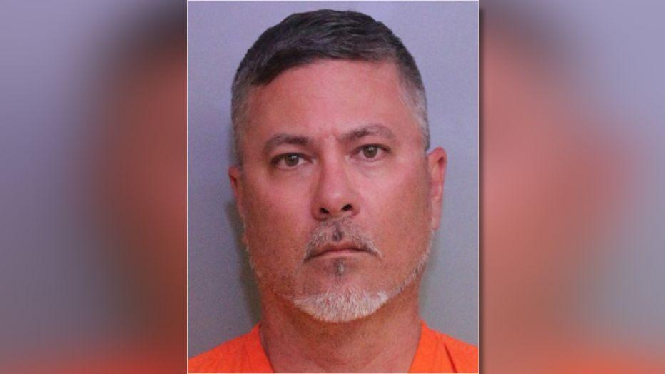 Profesor de secundaria en Florida es acusado de poseer más de 400 archivos explícitos de niños