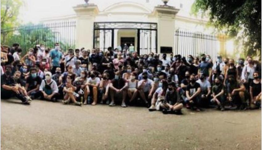 Cientos de artistas cubanos afuera del Ministerio de Cultura en Cuba hacen públicas sus demandas a la dictadura
