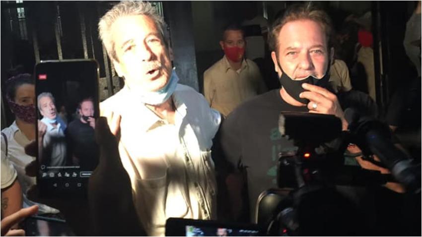 Jorge Perugorría se une a artistas cubanos y cantan el himno nacional frente al Ministerio de Cultura desafiando a las autoridades