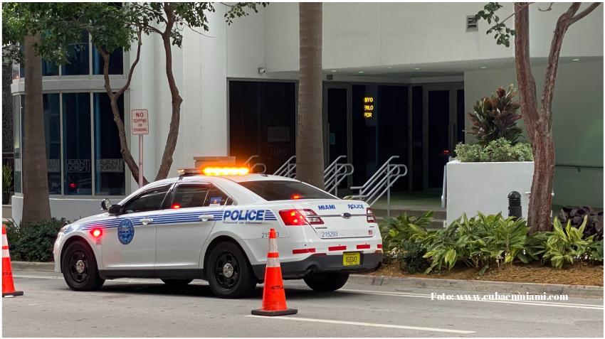 Misteriosa muerte de una mujer que cayó de un edificio en el Downtown de Miami causa cierre parcial del puente de Brickell