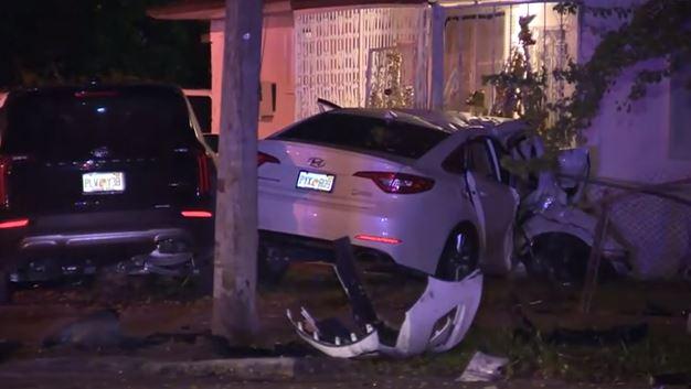 Carro se estrella contra una casa en vecindario del noroeste de Miami Dade