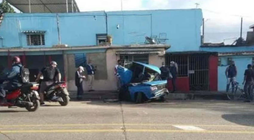 Un nuevo accidente en curva de Puentes Grandes deja a un Lada totalmente destruido