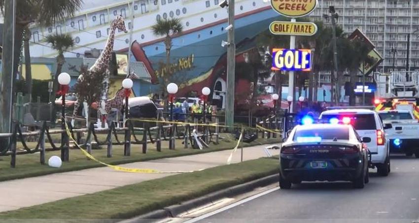 Auto impacta contra un parque de minigolf en Florida matando a 2 niños