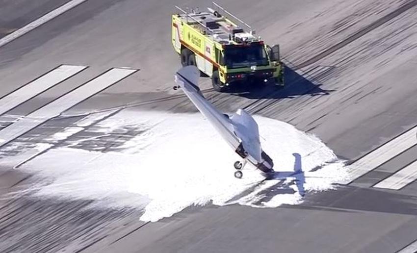 Pequeño avión aterriza de nariz en un aeropuerto de Miami-Dade