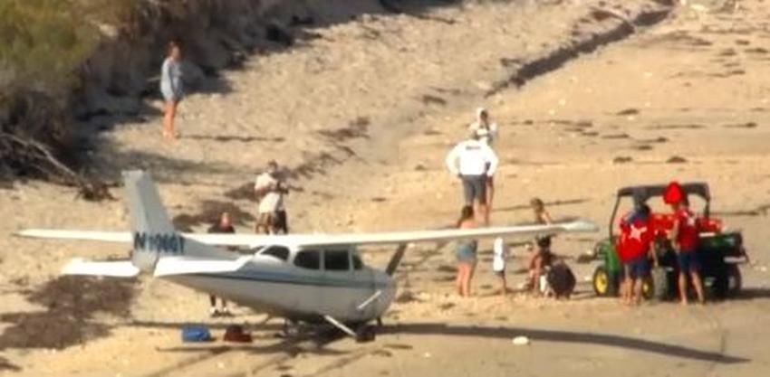 Avioneta aterriza de emergencia en la arena en una playa de Florida