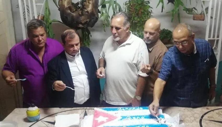 Los cinco espías se comen cake con la bandera cubana; nadie los multa por violar los símbolos patrios