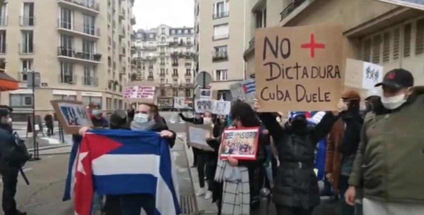 """""""Perros, corruptos, ladrones, asesinos"""", le gritan manifestantes a funcionarios  cubanos afuera de la embajada cubana en París"""