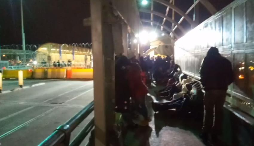Grupo de migrantes cubanos bloquearon el cruce fronterizo de Santa Fé pensando que los dejarían pasar a Estados Unidos