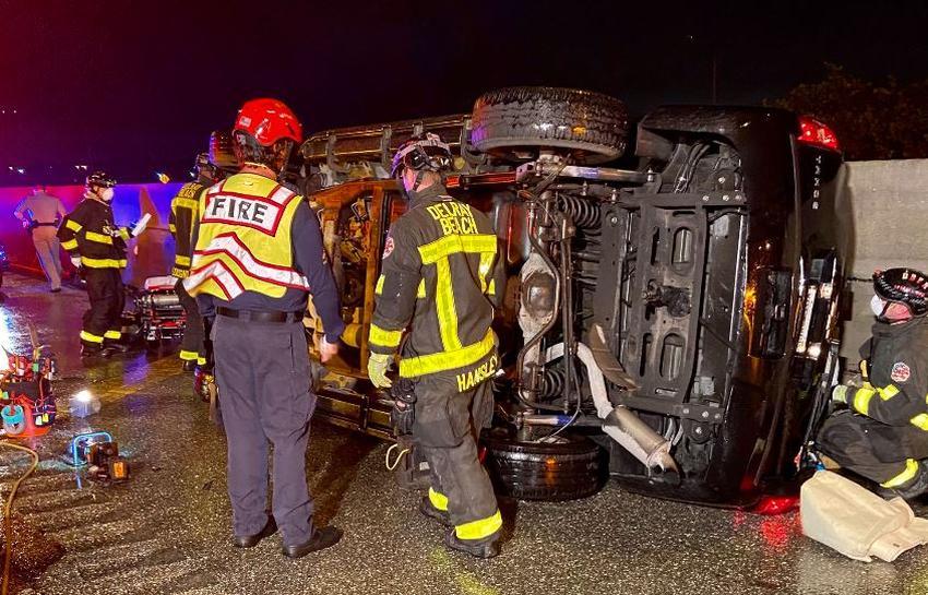Rescatan a un niño y un adulto de un SUV volcado en la I-95 por las lluvias