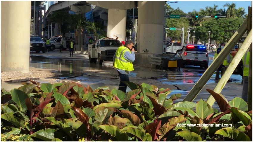 Tubería rota provoca inundaciones en el Downtown de Miami y el cierre de varias calles