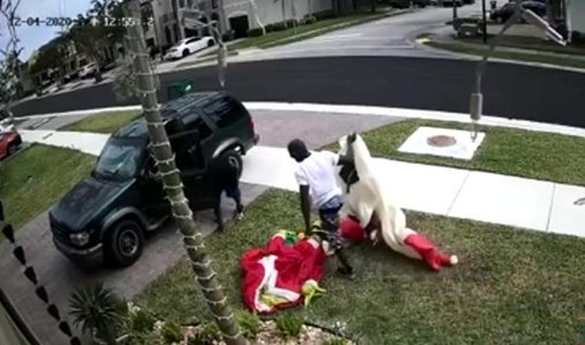 En cámara dos hombres roban adornos de navidad del jardín de varias casas en el suroeste de Miami Dade