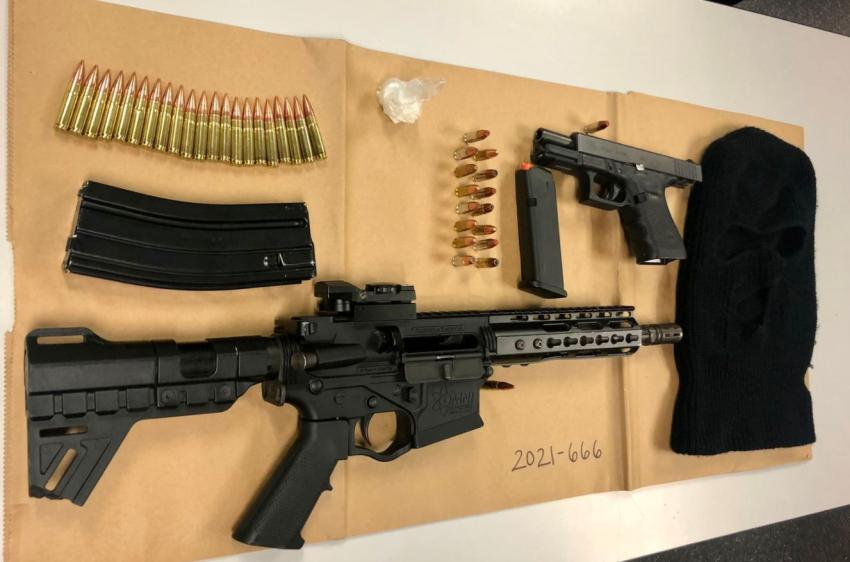Arrestan en Miami Beach a dos personas después de encontrar un arma robada dentro de un vehículo estacionado ilegalmente