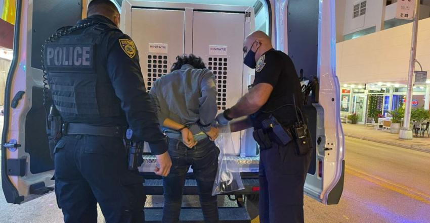 Policía de Miami Beach hace cientos de arrestos en la ciudad e incauta varias armas