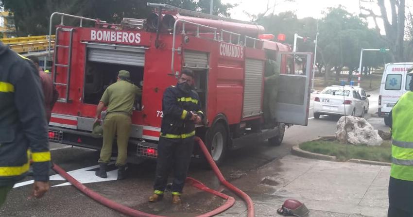 Evacúan céntrico edificio en el Vedado, luego de que explotara una moto eléctrica