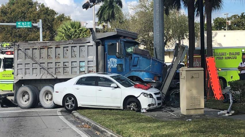 Un camionero involucrado en un aparatoso accidente en North Miami Beach