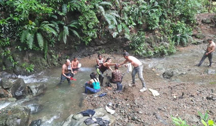 Grupo de cubanos se vuelve a encontrar tras varios días perdidos en la selva