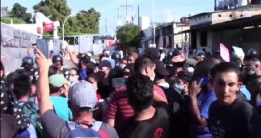 """Protesta de migrantes cubanos y centroamericanos ante oficina de Inmigración en Tapachula: """"Nadie se irá hasta que obtengamos respuesta"""""""