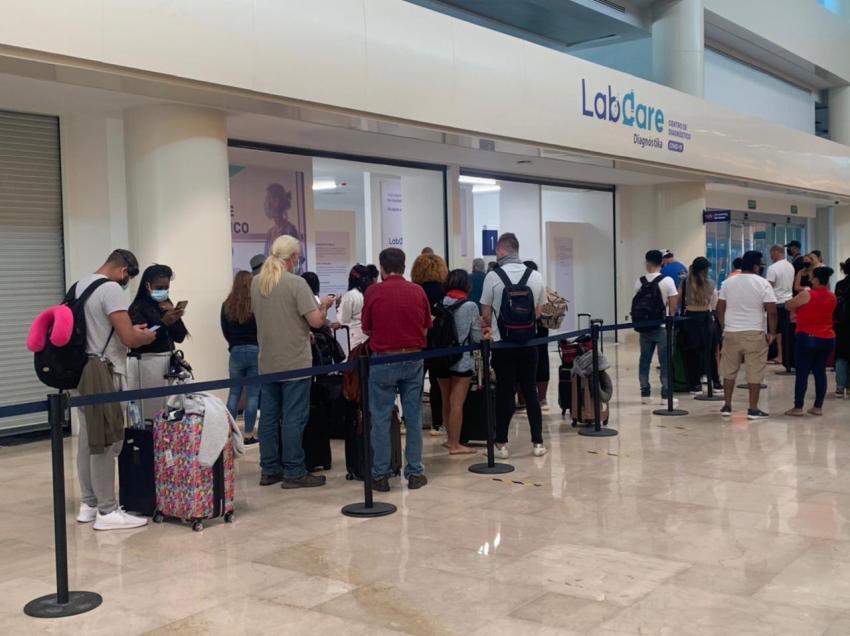 Más de 100 cubanos que viajaban a Miami desde Cancún quedaron varados en el aeropuerto por no tener prueba PCR