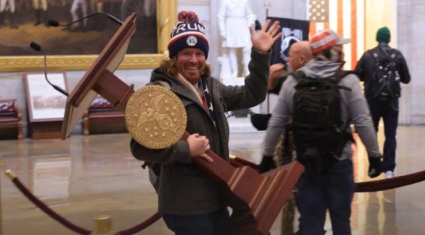 Arrestan a hombre de Florida que se llevaba el Atril de Pelosi durante los disturbios en el Capitolio