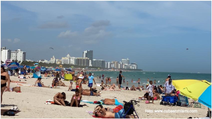 Miles de residentes y turistas visitan las playas de Miami Beach en el primer fin de semana del 2021